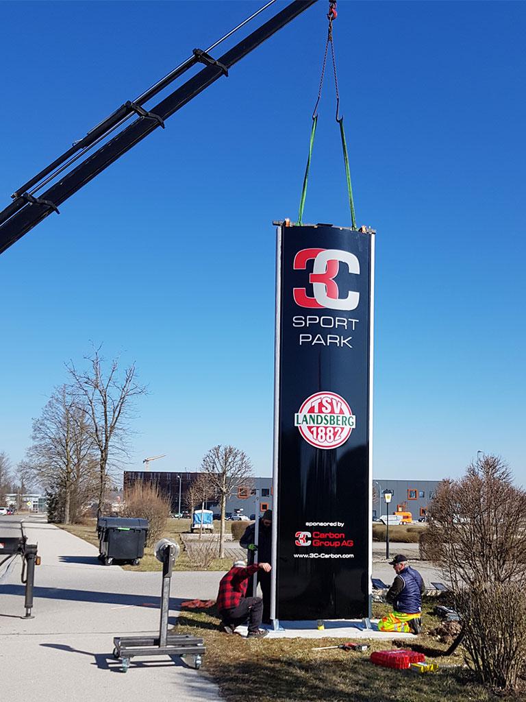 Aufstellung Werbepylon 3C Sportpark in Landsberg am Lech