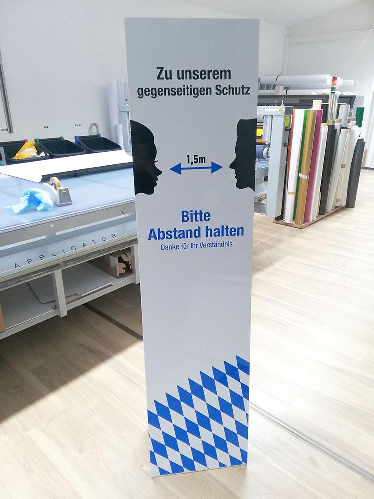 Hinweisaufsteller Abstandsregel, Logo Werbung Landsberg