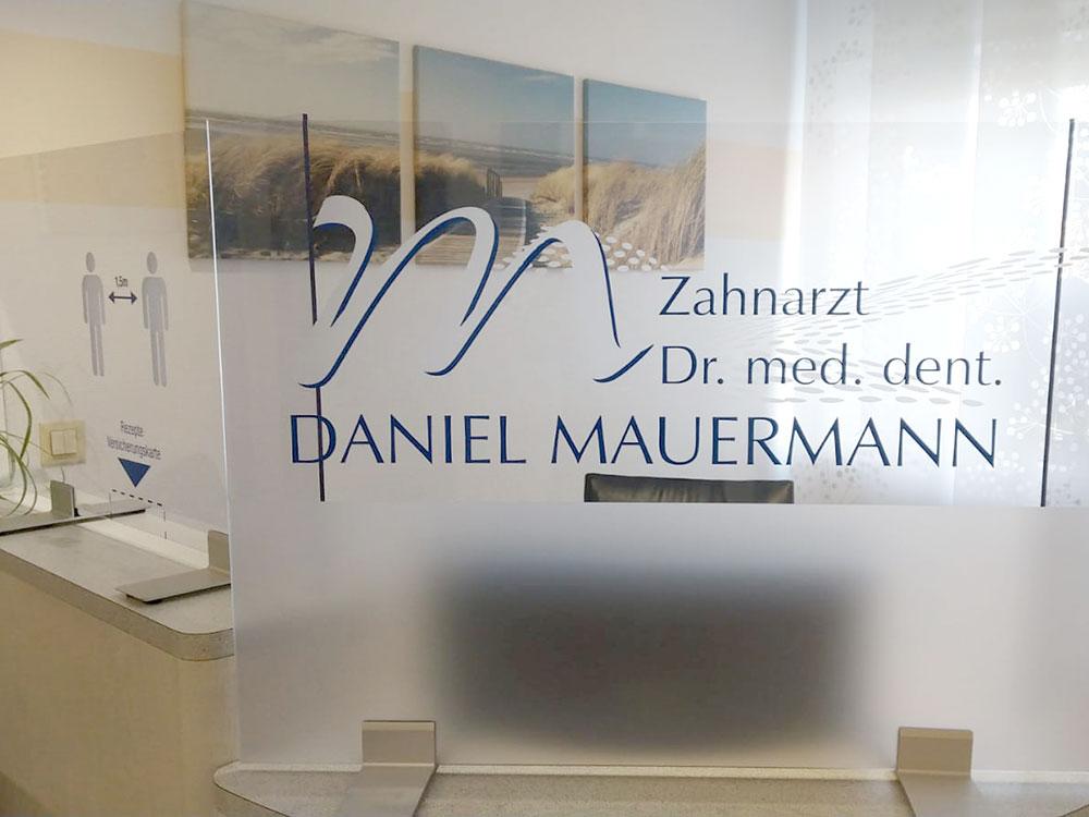 Hygieneschutzwand/Trennwände, Zahnarzt Dr. med. dent. Daniel Mauermann, Kaufering - Logo Werbung Landsberg